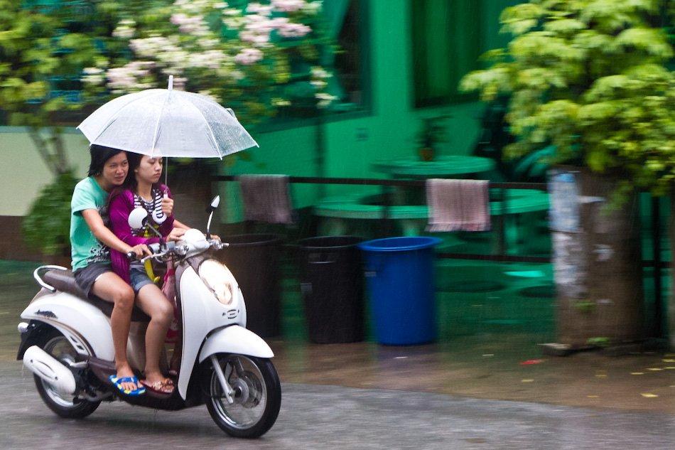 ехать на скутере в дождь