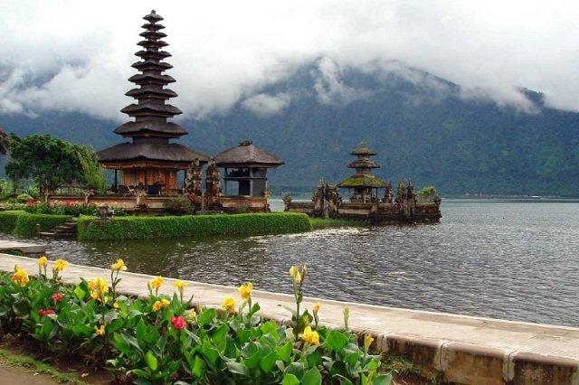 храм Пура Улун Дану на Бали