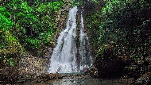Еще одной природной достопримечательностью Пхукета являются водопады. Несмотря на то, что остров не может похвастаться высокими и зрелищными водопадами, туристы и сами тайцы любят их посещать. Так как именно здесь есть возможность укрыться от палящего солнца, искупаться в прохладной пресной воде и прогуляться по джунглям. Водопады Пхукета подарят вам еще больше положительных эмоций и понравятся как взрослым, так и детям. Водопад Банг Пэ Водопад Банг Пэ на Пхукете является самым высоким, вода падает вниз с высоты 15 метров. Каждый желающий может искупаться в прохладном озере под водопадом. А какие красивые фотографии получаются на фоне извергающей вниз воды, поэтому это идеальное место для фотосессии. Отличительной чертой водопада Банг Пэ является питомник обезьян, где живут маленькие гиббоны. Посещение питомника запрещено, но здесь вы узнаете, как живут обезьяны, а также сможете приобрести сувениры или пожертвовать деньги на содержание питомника. Еще можно оформить опеку на гиббона. Увезти на родину вы его не сможете, но вам выдадут документы об опеке и раз в год вы будете присылать 1500 бат на содержание вашего гиббона. Посетить водопад Банг Пэ можно с 9 утра до 6 вечера в любой день недели. Цена входного билета 200 бат для взрослого человека и 100 бат для ребенка. Находится водопад Банг Пэ в не туристическом районе Таланга. Точное его расположение смотрите на карте. Водопад Кату Водопад Кату на Пхукете небольшой, его высота достигает всего лишь 113 метров. Если на водопаде Банг Пэ вода стикает резко сверху вниз, то на Кату вода спадает ступеньками по террасам. И на самой нижней террасе вы можете искупаться, охладившись в жаркий день. Находится водопад в районе Кату, рядом с пляжем Патонг. Вход на водопад бесплатный, посетить его можно в любой день недели в светлое время суток. Точное расположение водопада смотрите на карте. Водопад Тон Сай Вторым по высоте после Бонг Пэ является водопад Тон Сай. Вода стремительно стекает каскадами по каменистой террасе. Территория