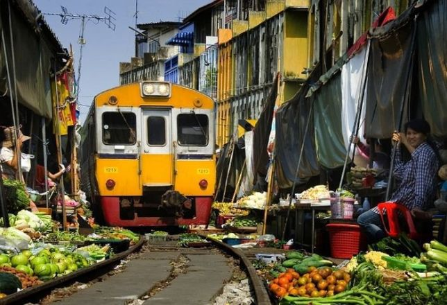 Рынок на железной дороге в Бангкоке