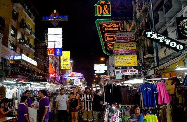 Улица Каосан Роуд в Бангкоке