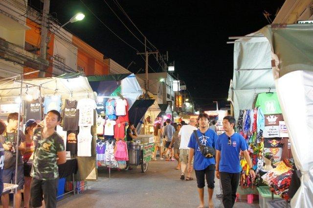 Ночной рынок в Сураттани