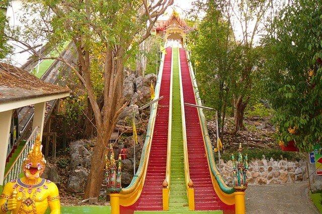 Храм Wat Tham Khao Noi