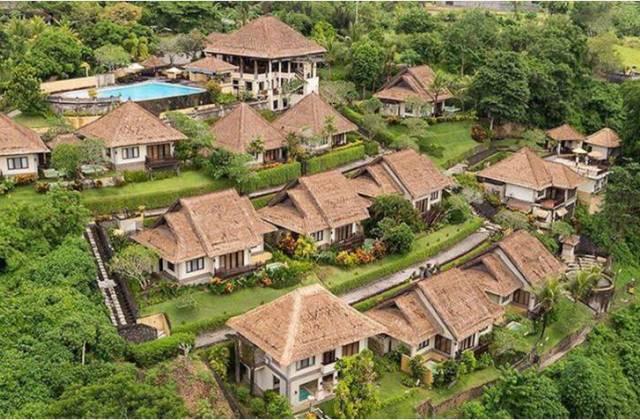 Вопрос о долгосрочной аренде жилья на Бали часто актуален у тех, кто планирует задержаться на острове хотя бы месяц. Я же для длительного проживания всегда выбираю отдельные дома, они имеют множество преимуществ перед отельными номерами и предлагают гораздо больше удобств. Дом можно снять в разных частях Бали, в зависимости от района может существенно отличаться его стоимость. Рассмотрим все нюансы и особенности аренды такого типа жилья, что позволит вам самостоятельно подобрать себе дом. Какой дом можно арендовать? Рынок недвижимости на Бали представлен самыми различными домами. Планируя провести на острове пару месяцев, вы сможете найти для себя, как простенький аутентичный домик, так и современную виллу. Дома отличаются площадью и количеством комнат. Довольно часто встречаются однокомнатные варианты. Они представляют собой одну спальню, объединенную с кухней, еще может быть небольшая терраса. Более интересный вариант, когда спальня занимает второй этаж, а на первом распложена просторная гостиная. Есть двухкомнатные дома с отдельными санузлами. Именно такой дом мы сейчас снимаем с моей хорошей знакомой. Часто встречаются варианты, когда на одной большой зеленной территории расположено несколько современных домиков, они могут быть как одноэтажными, так и двухэтажными. На весь этот коттеджный поселок предоставляется общий бассейн. Если вы хотите более уединенного отдыха, то можете выбрать просторный домик с собственной территорией и личным бассейном. Как арендовать дом? Арендовать дом на острове Бали можно несколькими способами. Некоторые туристы начинают заниматься этим вопросом еще из дому. Рассмотрим все доступные варианты: 1. Поиск в интернете. Введя в строчку поисковика «аренда дома на Бали» перед вами появятся сотни сайтов, которые будут предлагать самые разнообразные варианты жилья на острове. Не удивляйтесь, если вы встретите русскоязычные источники, которые завлекают красивыми фотографиями и выгодными предложениями. Как правило, на таких сайтах работают рус